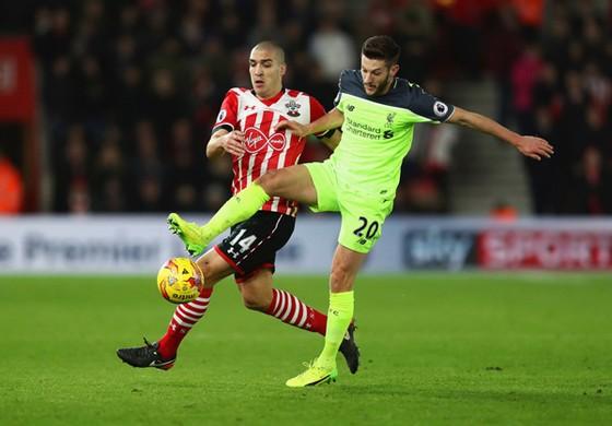 Southampton (trái) sẽ gây nhiều khó khăn cho Liverpool