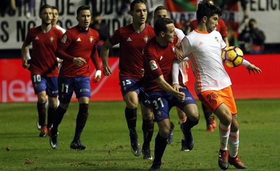 Soler đi bóng trước Imanol Garcia và hàng thủ Osasuna.