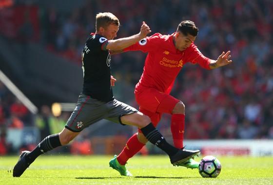 Liverpool (phải) không thể đánh bại trước hàng phòng ngự thi đấu xuất sắc của Southampton