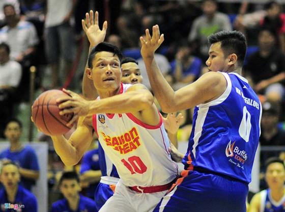 Cựu tuyển thủ taekwondo Nguyễn Văn Hùng (giữa) đã bén duyên với bóng rổ. Ảnh: Nhật Anh