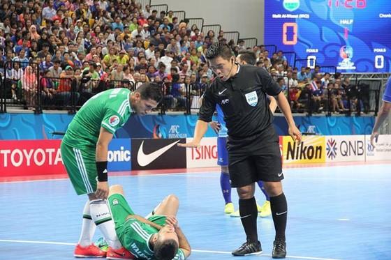 Trọng tài Trương Quốc Dũng làm nhiệm vụ tại một trận đấu ở giải quốc tế