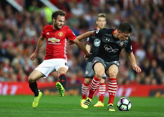 Pierre-Emile Hojbjerg (phải, Southampton) tranh bóng với Juan Mata (Man.United)