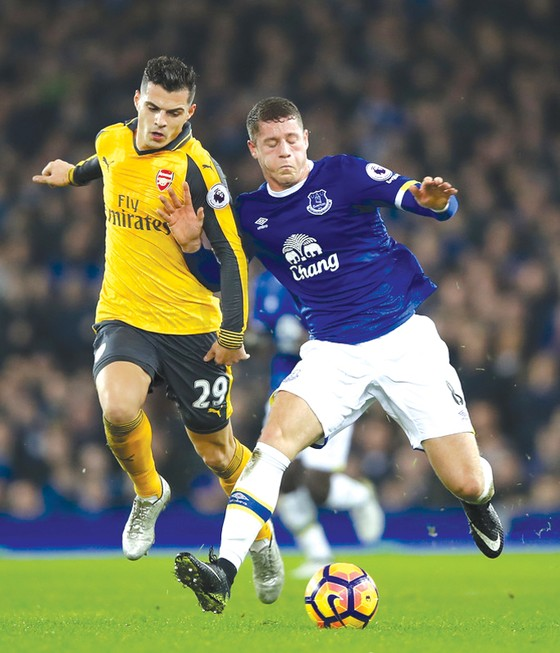 Ross Barkley (phải, Everton) tranh bóng với Granit Xhaka (Arsenal)