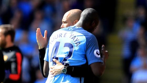 Yaya Toure và Pep Guardiola đã gỡ bỏ mọi mâu thuẫn trong quá khứ tại Man.City bằng một cái ôm đặc biệt.