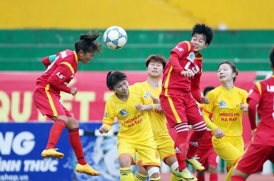 Đội trưởng Huỳnh Như (trái) bật cao đánh đầu, uy hiếp khung thành PP.Hà Nam. Ảnh: Dũng Phương