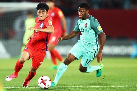 Chủ nhà Hàn Quốc (trái) bị loại sau thất bại 1-3 trước Bồ Đào Nha. Ảnh: T.L.