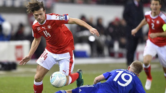 Thụy Sỹ (trái) cần vượt qua Quần đảo Faroe để sớm giành vé dự World Cup 2018