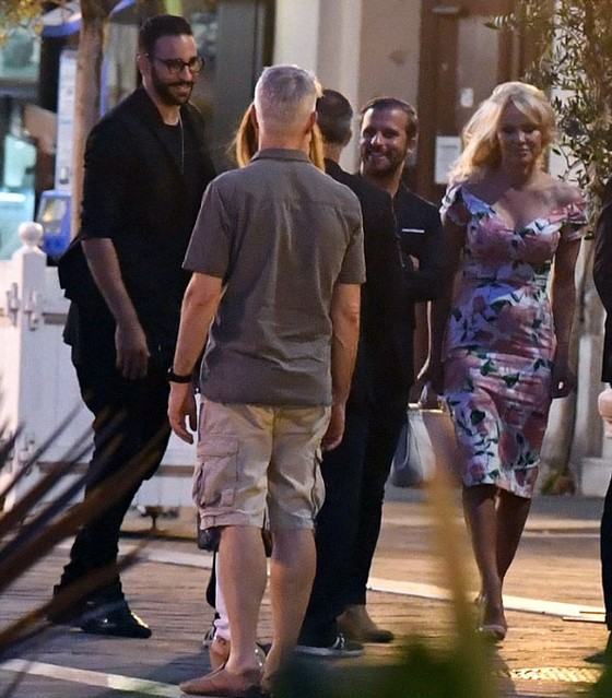 Pamela Anderson (bìa phải) liên tục đi chơi với Rami