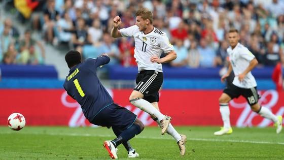 Timo Werner (phải, Đức) đi bóng qua thủ thành Joseph Ondoa (Cameroon)