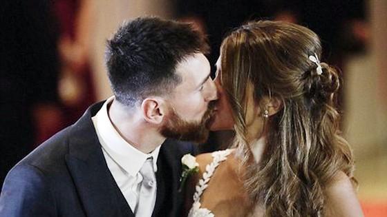 Messi trao nụ hôn trên thảm đỏ