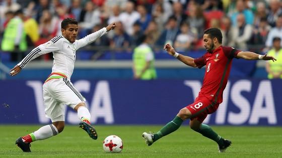 Jonathan Dos Santos (trái, Mexico) tranh bóng với Joao Moutinho (Bồ Đào Nha)