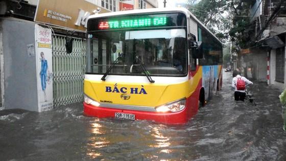 Hà Nội mưa lớn dồn dập sau bão số 2 ảnh 4