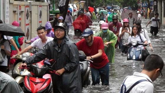Hà Nội mưa lớn dồn dập sau bão số 2 ảnh 1