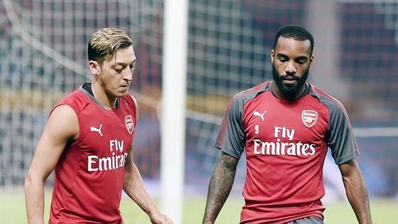 Sự phối hợp giữa Mesut Oezil (trái) và Alexandre Lacazette đang được kỳ vọng sẽ thay đổi Arsenal.
