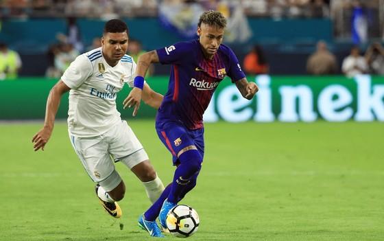 Neymar (phải) đi bóng trước Casemiro trong trận  siêu kinh điển