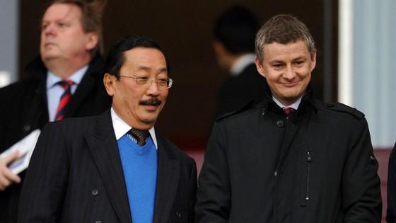 Ông chủ Vincent Tan (trái) của Cardiff có nhiều phát ngôn thẳng thừng