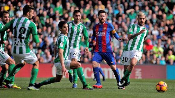 Messi (thứ hai bên phải) và Barca sẽ gặp nhiều khó khăn trước Betis