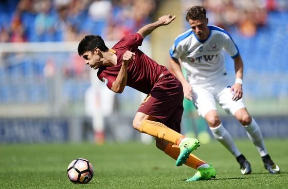 Diego Perotti (trái, Roma) vượt qua hậu vệ Rafael Toloi (Atalanta)