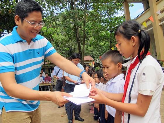 Tặng học bổng, quà và máy vi tính cho học sinh nghèo huyện Bến Cầu ảnh 1