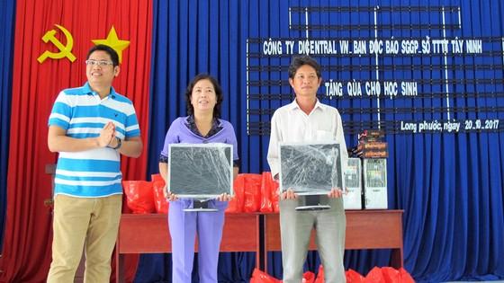 Tặng học bổng, quà và máy vi tính cho học sinh nghèo huyện Bến Cầu ảnh 4