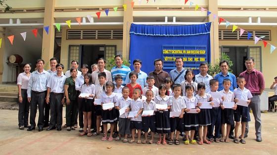 Tặng học bổng, quà và máy vi tính cho học sinh nghèo huyện Bến Cầu ảnh 2
