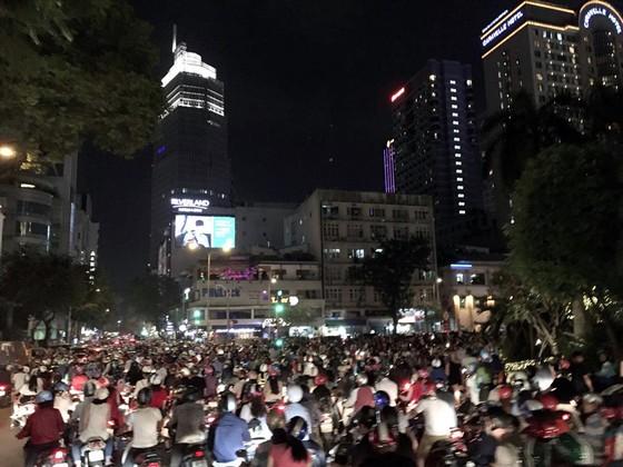 Hàng ngàn người đổ về trung tâm TPHCM chờ xem bắn pháo hoa ảnh 1