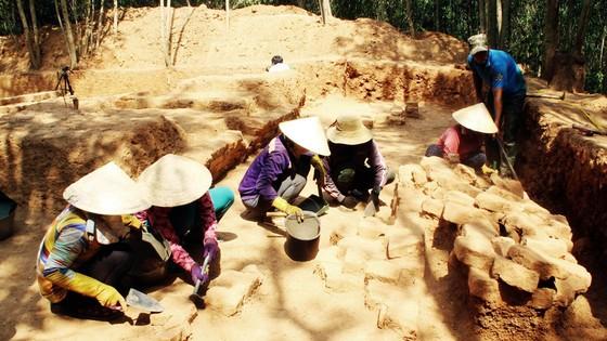 Phát hiện phế tích nền tháp Trắng Long 1.000 tuổi ảnh 1