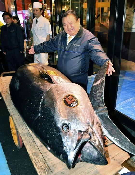 """""""Vua sushi"""" mua cá ngừ kỷ lục 3 triệu USD tại phiên đấu giá năm mới ở Nhật Bản ảnh 1"""