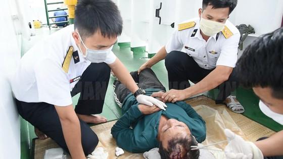 Bộ Tư lệnh Vùng 2 Hải quân bàn giao 30 ngư dân gặp nạn trên biển ảnh 1