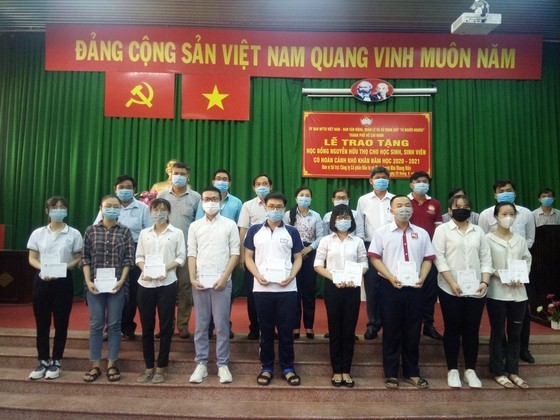 Trao 184 suất học bổng Nguyễn Hữu Thọ tại Củ Chi ảnh 1