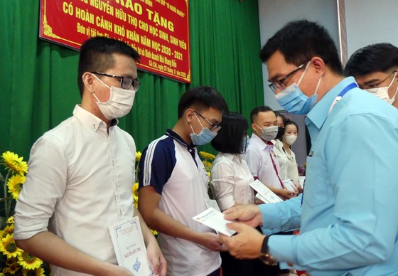 Trao 184 suất học bổng Nguyễn Hữu Thọ tại Củ Chi ảnh 2