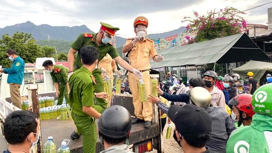 Công an tỉnh Thừa Thiên - Huế hỗ trợ xăng xe máy cho người từ các địa phương về quê qua đèo Hải Vân