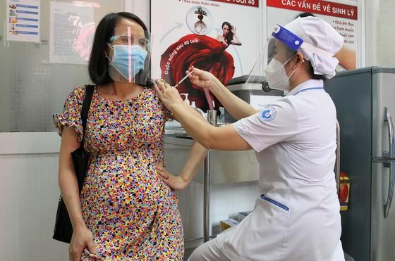 Tiêm vaccine Covid-19 cho thai phụ: Nhiều lợi ích hơn nguy cơ ảnh 1