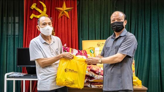 CBNV T&T Group trao tặng 3.000 suất quà cho người dân Hà Nội gặp khó khăn do Covid-19 ảnh 2