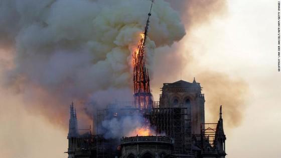Cháy lớn tại Nhà thờ Đức Bà hơn 850 năm tuổi ở Paris ảnh 30