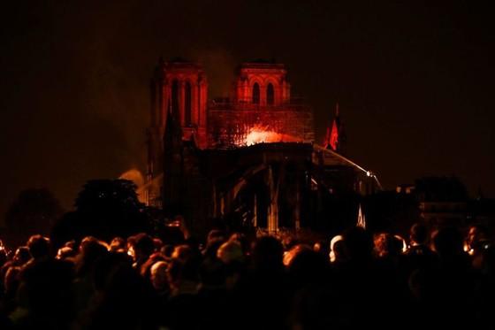 Cháy lớn tại Nhà thờ Đức Bà hơn 850 năm tuổi ở Paris ảnh 32