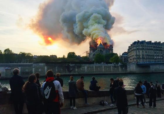 Cháy lớn tại Nhà thờ Đức Bà hơn 850 năm tuổi ở Paris ảnh 34
