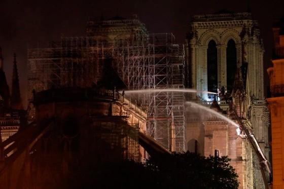 Cháy lớn tại Nhà thờ Đức Bà hơn 850 năm tuổi ở Paris ảnh 36