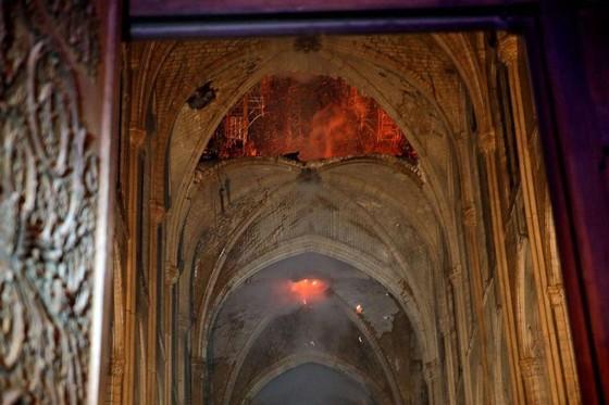 Cháy lớn tại Nhà thờ Đức Bà hơn 850 năm tuổi ở Paris ảnh 23