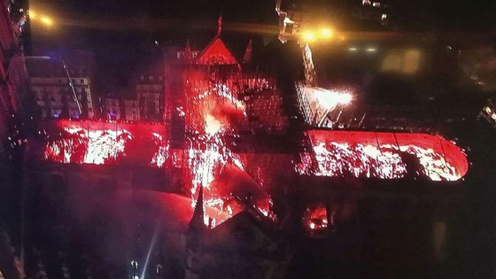 Cháy lớn tại Nhà thờ Đức Bà hơn 850 năm tuổi ở Paris ảnh 24
