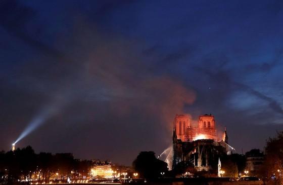 Cháy lớn tại Nhà thờ Đức Bà hơn 850 năm tuổi ở Paris ảnh 25