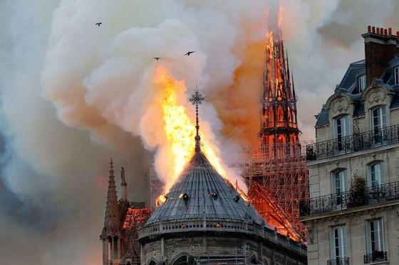 Cháy lớn tại Nhà thờ Đức Bà hơn 850 năm tuổi ở Paris ảnh 28