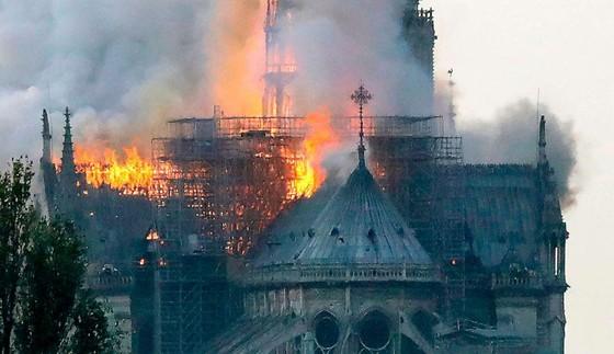 Cháy lớn tại Nhà thờ Đức Bà hơn 850 năm tuổi ở Paris ảnh 29