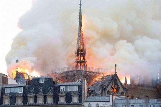 Cháy lớn tại Nhà thờ Đức Bà hơn 850 năm tuổi ở Paris ảnh 5