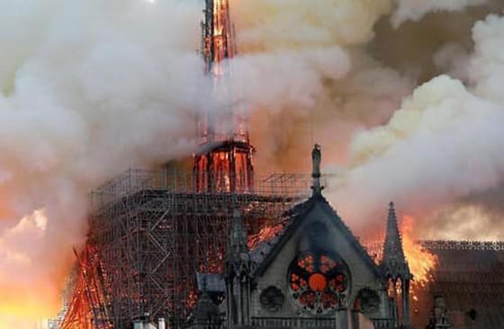 Cháy lớn tại Nhà thờ Đức Bà hơn 850 năm tuổi ở Paris ảnh 1