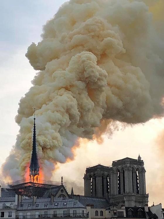 Cháy lớn tại Nhà thờ Đức Bà hơn 850 năm tuổi ở Paris ảnh 4