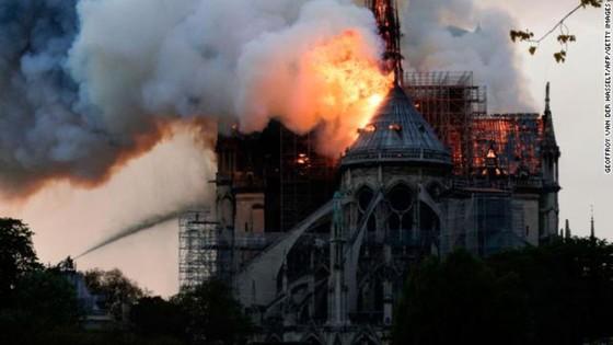 Cháy lớn tại Nhà thờ Đức Bà hơn 850 năm tuổi ở Paris ảnh 14