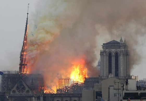 Cháy lớn tại Nhà thờ Đức Bà hơn 850 năm tuổi ở Paris ảnh 15