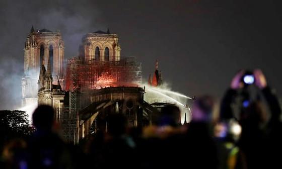 Cháy lớn tại Nhà thờ Đức Bà hơn 850 năm tuổi ở Paris ảnh 18
