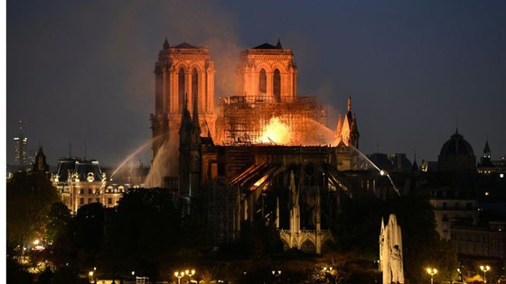 Cháy lớn tại Nhà thờ Đức Bà hơn 850 năm tuổi ở Paris ảnh 37